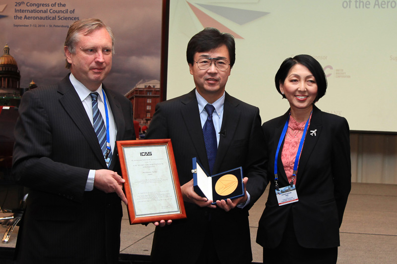 ICAS会議での授賞式の様子。写真中央が受賞者の藤野道格氏