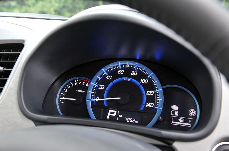 自発光メーターではエコスコア、瞬間燃費、平均燃費、航続可能距離などの情報を確認できる