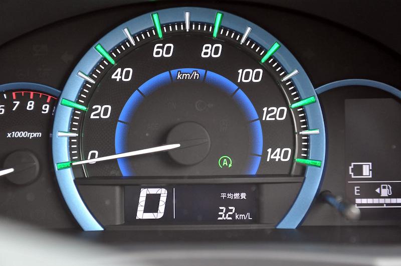 メーター内でモーターがアシストしている状態(写真中央)や、バッテリーを充電している状態(写真右)を確認できる