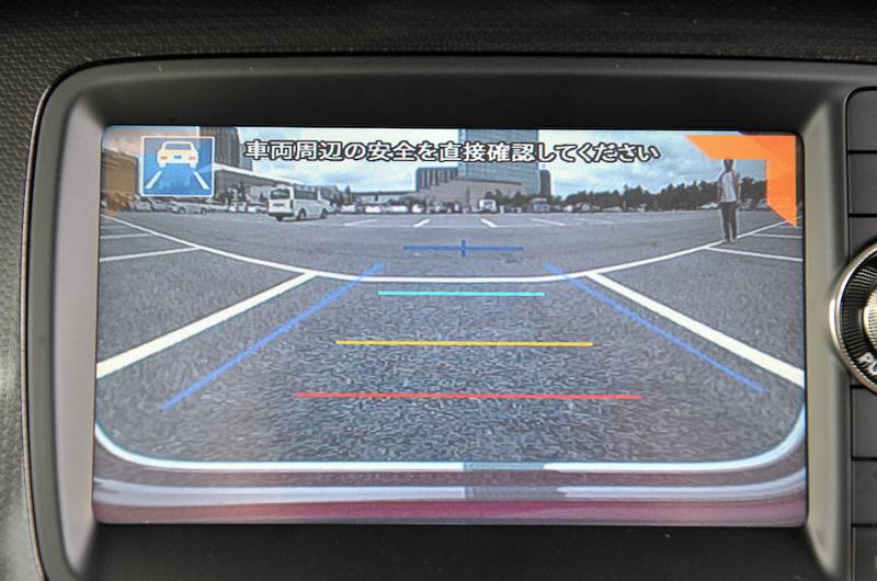 バックアイカメラを用い、左右から車両後方に車や歩行者が近づくと、モニター内の左右確認サポート表示の点滅とブザーで危険を知らせてくれる