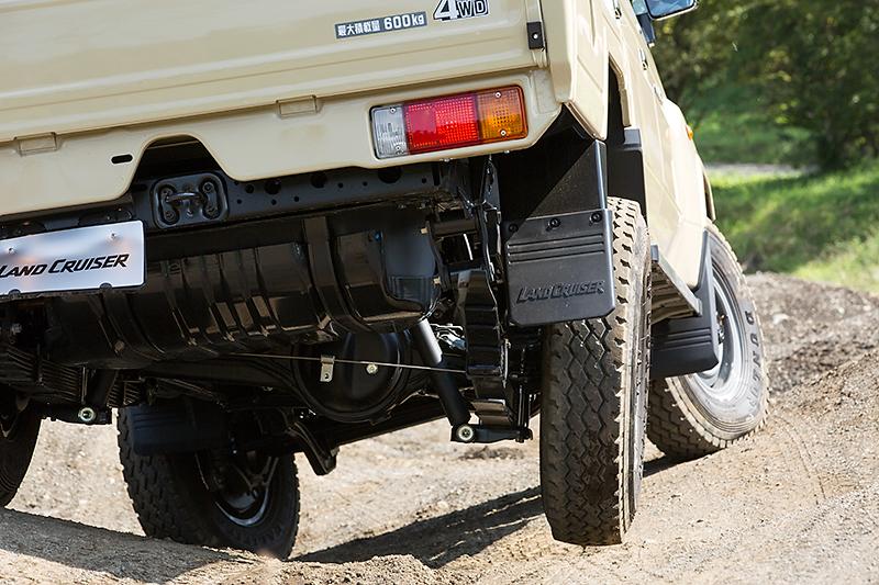 通常ならデフギヤが差動して宙に浮いたタイヤが空転するような状況でも、左右のタイヤをロックさせる電動デフロックによって接地しているタイヤに駆動力が伝わり、車体をスッと前進させてくれる