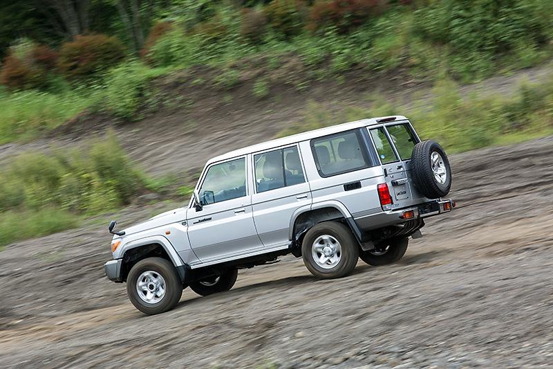バンはアルミホイールを標準装備。タイヤサイズは265/70 R16でオールテレーンタイヤを採用する