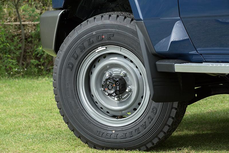 ピックアップではグレーに塗装されたスチールホイールを採用。7.50 R16サイズのライトトラック用タイヤを組み合わせる
