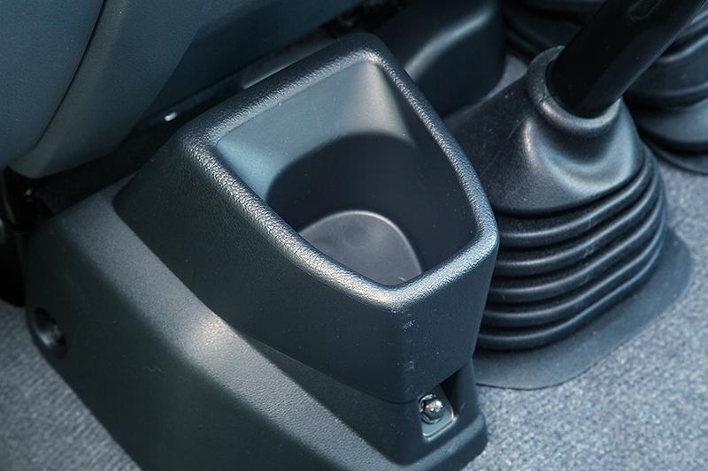 深さのあるフロントコンソールボックスは、悪路走行で車体が前後左右に傾いたときでも、収納したものが落ちてしまわないための工夫