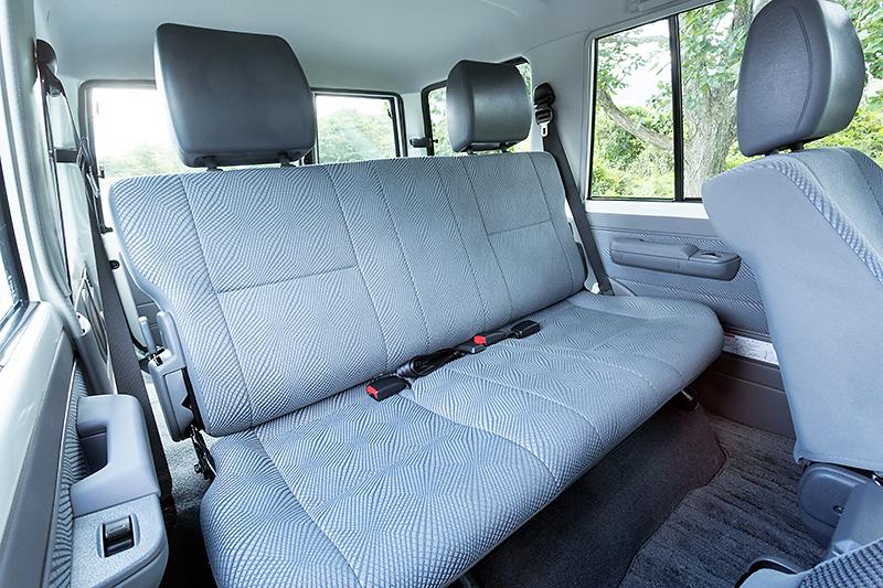 フロントシートはオフロード走行時に乗員をしっかりとホールドするバケットタイプ。リアのベンチシートは前方にタンブルしてラゲッジスペースを拡大できる