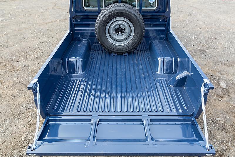 荷台スペースは1520×1600mm(荷台長×荷台幅)。リアゲートのみが開閉し、金属製のチェーンで水平に支えられる