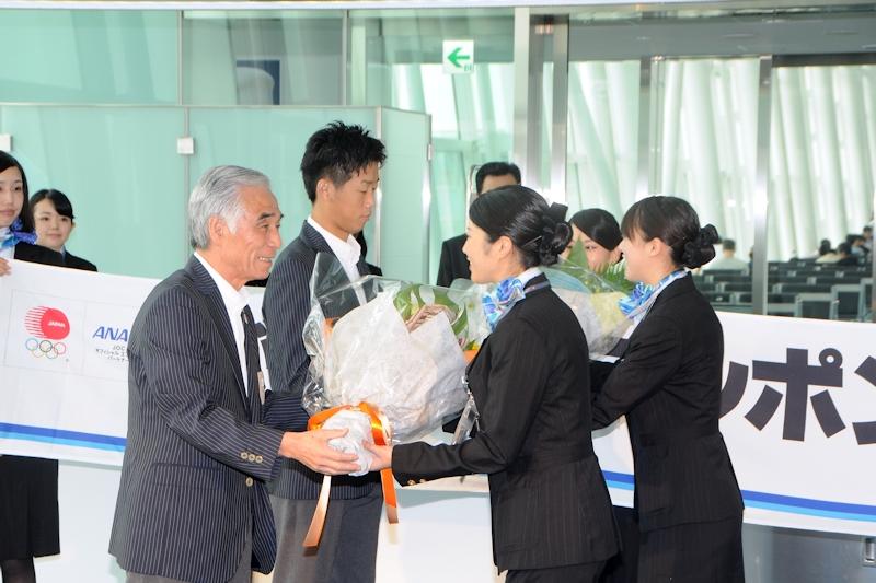 日本選手団の青木剛団長(左)とボクシングの清水聡選手(右)に対し、ANAの職員から花束が手渡された
