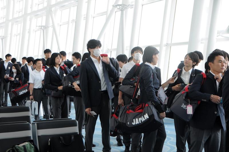NH1161便に続々と搭乗していく日本選手たち