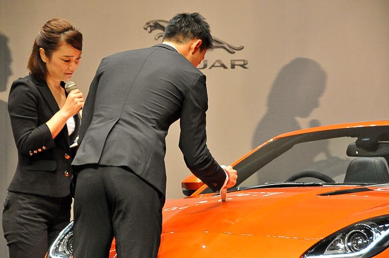 サインを頼まれ、展示車両のボンネットにサイン