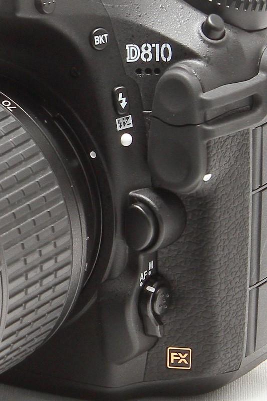 レンズマウントの左下にフォーカスモードセレクター、左上にBKTボタンがある