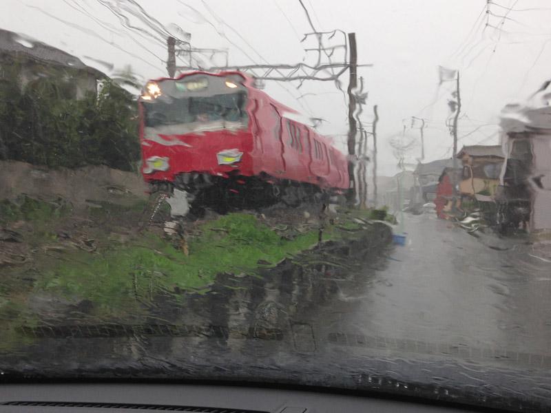 撮影中に豪雨に見舞われクルマに避難。途中で撤収となることもあった