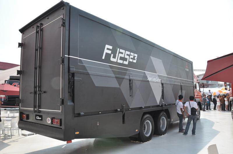 FJ 2523R 6x2。積載部分の長さは9.407m