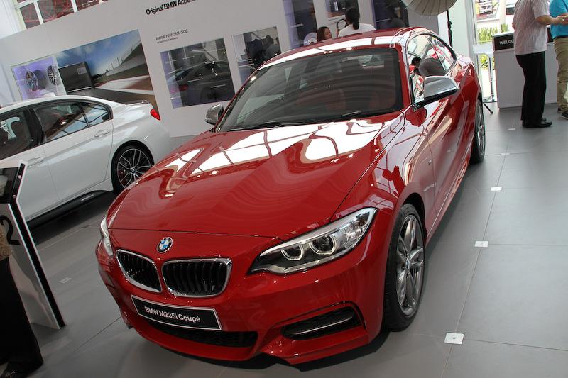 BMW M社が開発した「M235i クーペ」は最高出力240kW(326PS)/5800rpm、最大トルク450Nm(45.9kgm)/1300-4500rpmの直列6気筒DOHC 3.0リッターツインパワーターボエンジンを搭載