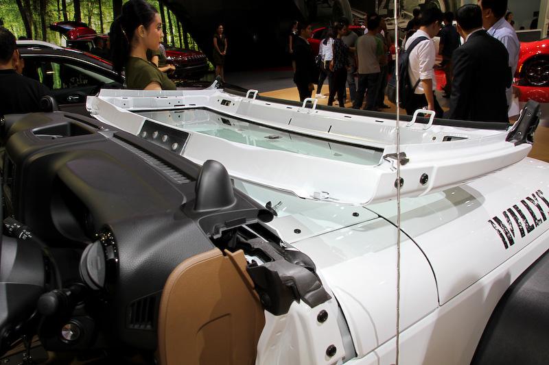 堅牢なロールバーを装着する「ジープ ルビコン」。フロントウインドーが可倒式になっているのが特徴的