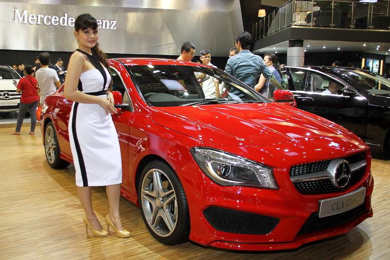SUVからセダンまでフルラインアップが展示されたメルセデス・ベンツブース(写真は4ドアクーペ「CLAクラス」)。余談だがインドネシアの大手タクシー会社「ブルーバード」グループの1つ「シルバーバード」では、メルセデス・ベンツを中心とした高級モデルをラインアップ。黒塗りのボディーカラーが特徴で、「Eクラス」「Cクラス」のタクシーをよく見かけた