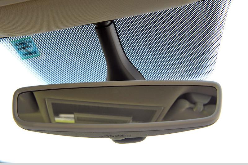 ミラーは自動防眩ミラーを装備する(アップグレードパッケージのみ)。レインセンサーもガラス裏に付く