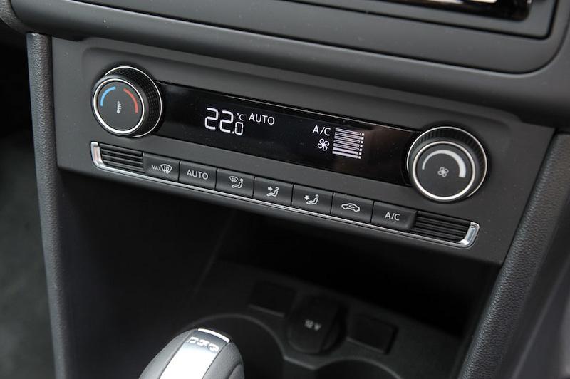 エアコンはアップグレードパッケージがオート、コンフォートラインがマニュアルとなる