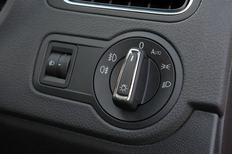 アップグレードパッケージはオートライトを標準装備し、ライトスイッチにAUTOポジションが付く(写真左)。コンフォートラインはオートランプとフォグランプなし(写真右)