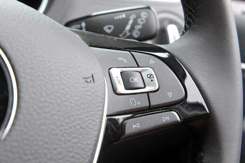 アップグレードパッケージ車では、ステアリングにオーディオやディスプレイ操作のサテライトスイッチがある