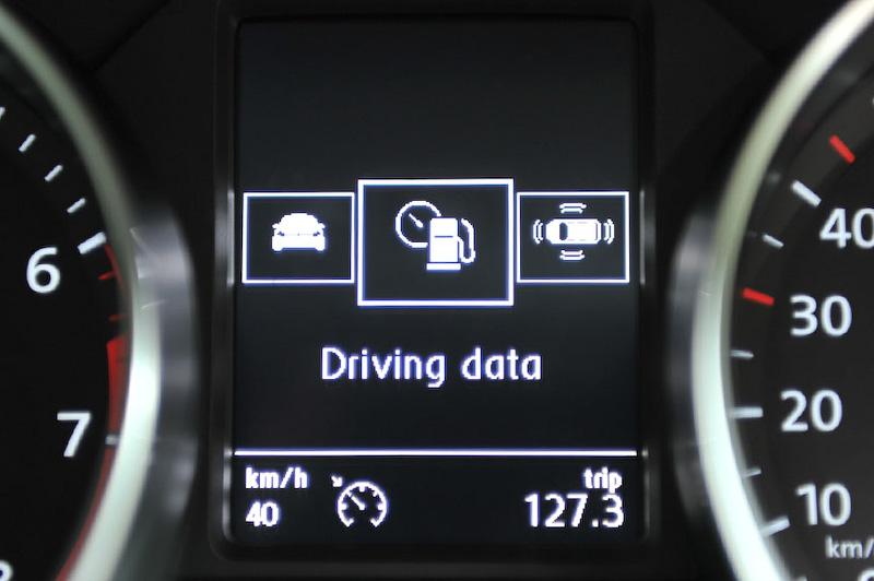 メーターパネルの中央にマルチディスプレイを配置し、さまざまな情報表示のほか、半ドア警告などを図で警告表示。新型ポロでは新たに疲労検知システムが入っており、その警告もこちらに表示される