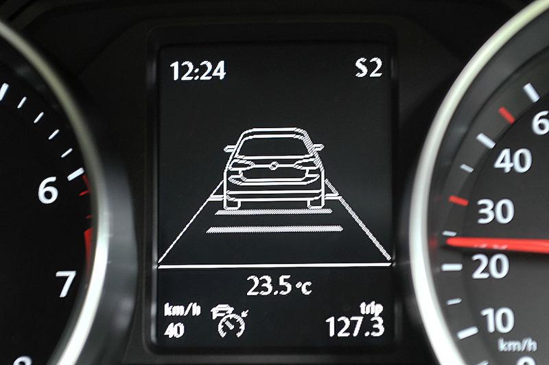 新たに装着されたACC(アダプティブクルーズコントロール)の状態表示がこちら。先行車の表示は7代目ゴルフをイメージしているようだ