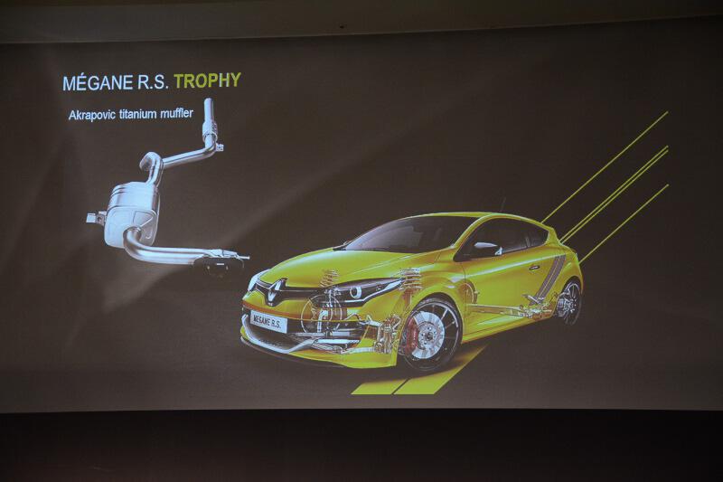 トロフィーのベース車からの変更点。アクラポヴィッチ製のチタンマフラーで軽量化が行われている