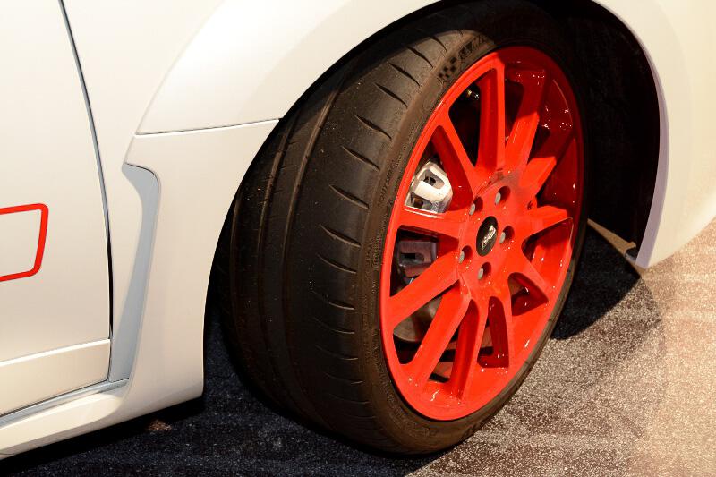 2名乗車仕様のメガーヌ ルノー・スポール トロフィーR。実際にニュルブルクリンクを走った実車となる。ボディーサイズは今回発表された3モデル共通で4299×1848×1435mm(全長×全幅×全高)となる。トロフィーRの重量は、トロフィー、トロフィーSの1376kgよりも約80kg軽い1297kg