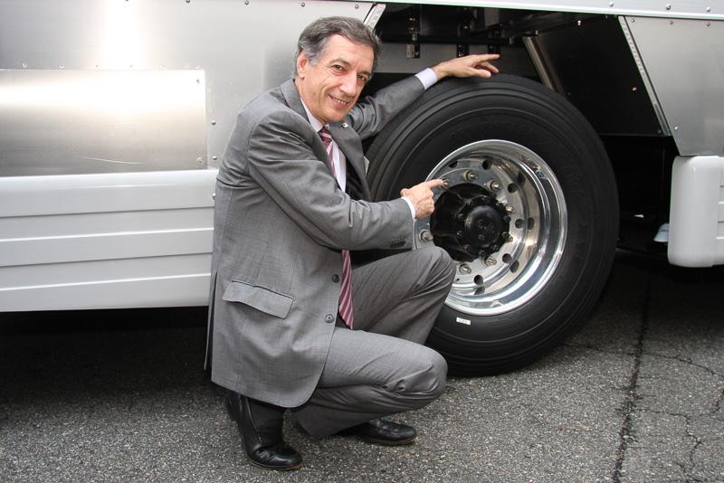 展示車両に装着された「X One」をアピールする日本ミシュランタイヤ 代表取締役社長のベルナール・デルマス氏