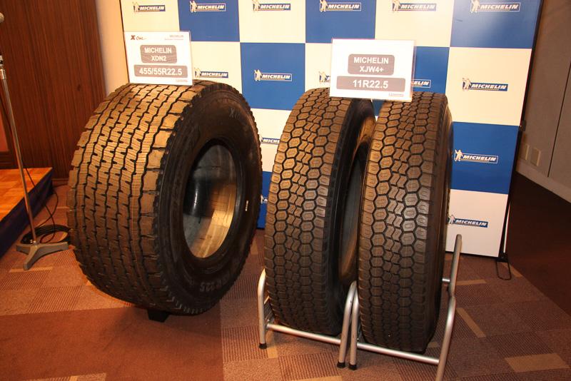 会場に単体展示されたX Oneシリーズの「XDN 2」(左)とダブルタイヤとしても利用される「XJW 4+」
