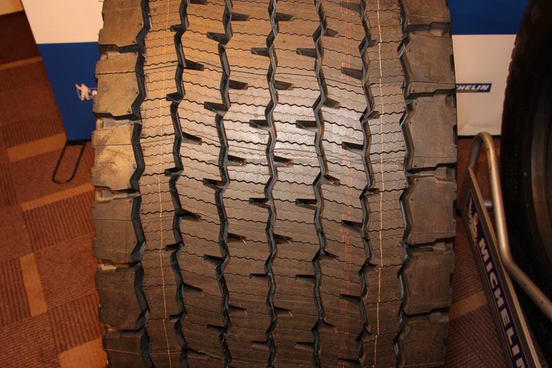455/55 R22.5というタイヤサイズで、横幅が455mmもあるというX Oneのトレッドパターン
