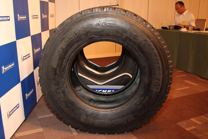 X Oneのサイドビュー。おなじみの「ミシュランマン(ビバンダム)」はメーカーロゴといっしょに大きく表示されるほか、乗用車用タイヤと同じくプラットフォームの場所をタイヤ側面で指さし確認