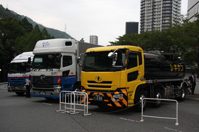 会場となったホテルの駐車場にはX Oneを装着した3台の展示車が並べられた
