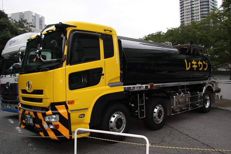 アスファルトを運ぶレキウンのタンクローリー。円筒形のタンクを搭載するタンクローリーはX Oneを装着するメリットがさらに高いという