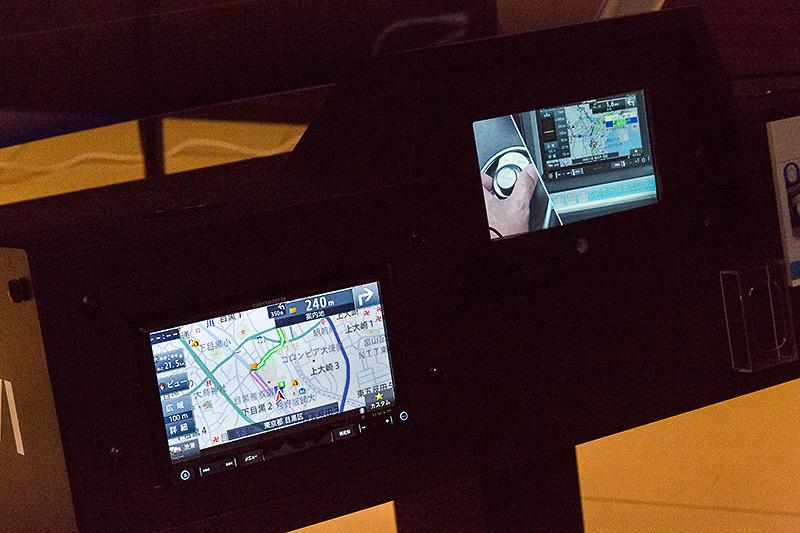 2DINメインユニットタイプの最上位モデル「AVIC-RZ09」が装着されていた。右のモニターには紹介動画を表示