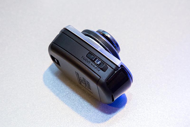 側面にはナビ/AVの操作を切り替えるためのスイッチがある。ナビ本体がステアリングスイッチにも対応しているのでオーディオはそちらを使い、こちらはナビ固定で使うのが便利そう