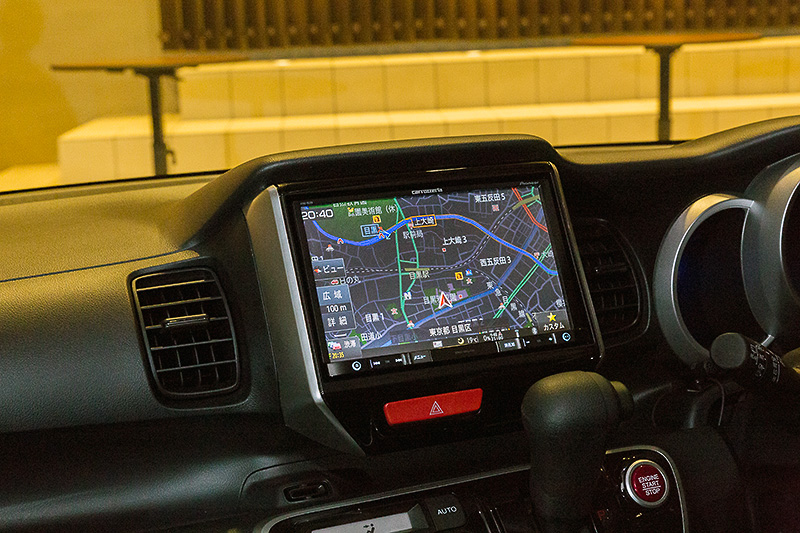 N-BOXに車種専用取り付けキットを使って8V型モニター採用のAVIC-RL09を装着。純正のようなフィット感だ