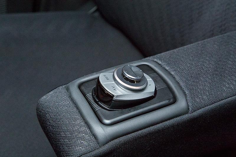 車種別スマートコマンダーホルダーも用意。現状はN-BOX、セレナ、プリウスα用のみだが順次拡大予定。また、ドリンクホルダー用やステアリング用取り付けアダプターも発売予定という