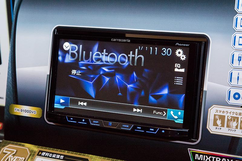 会場にはAndroidスマートフォン連携でカーナビにもなる2DINメインユニット「FH-9100DVD」も展示されていた。Bluetoothを搭載しており、iPhoneとの連携では「Siriアイズフリー」にも対応する