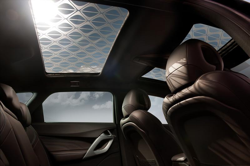 グレー半透明のDSモノグラムステッカーを透過した光が車内にDSモノグラムを表現