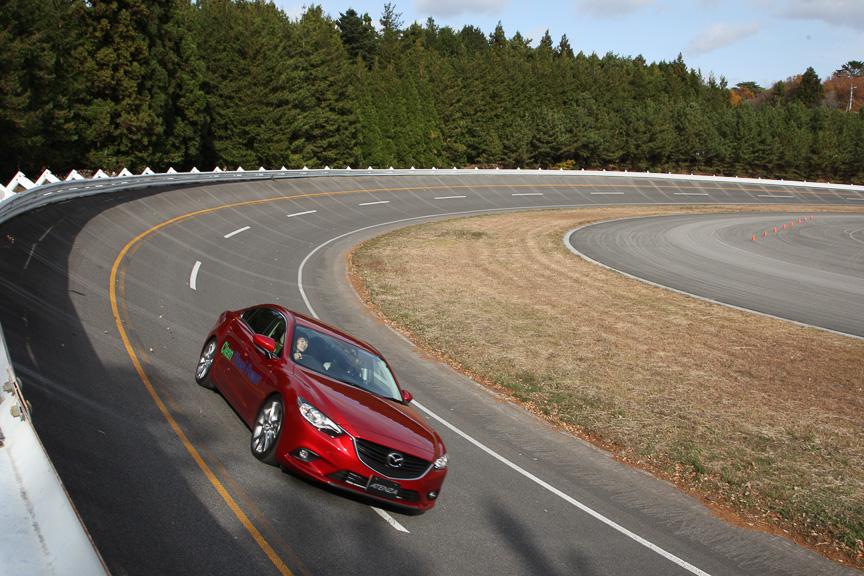 35度バンクを持つボッシュのテストコースで、最新のクリーンディーゼル車を試乗