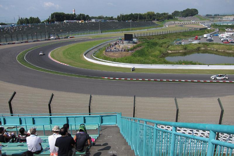 B2席スタンド、中2階右端最上段から見た2コーナー方向