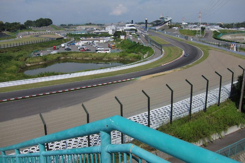 B2席スタンド、中2階右端最上段から見た1コーナー、ストレート方向