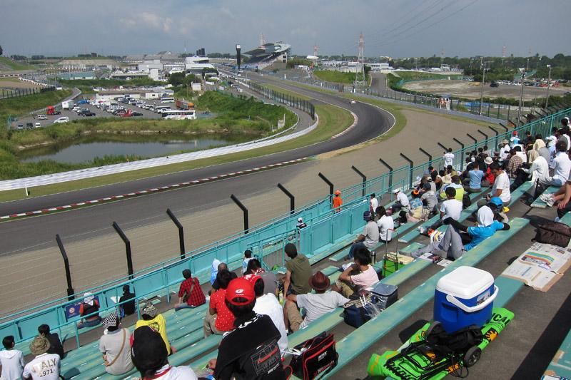 B2席スタンド、中2階中央最上段から見た1コーナー方向