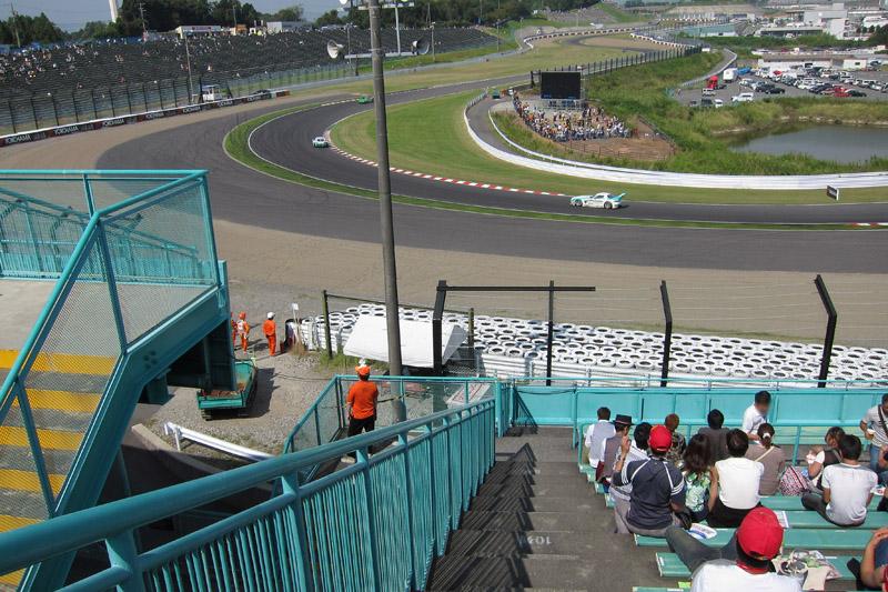 B2席スタンド、中2階左端最上段から見た2コーナー方向