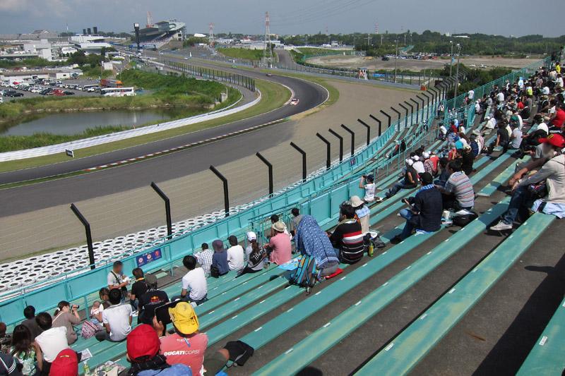 B2席スタンド、中2階左端差上段から見た1コーナー方向
