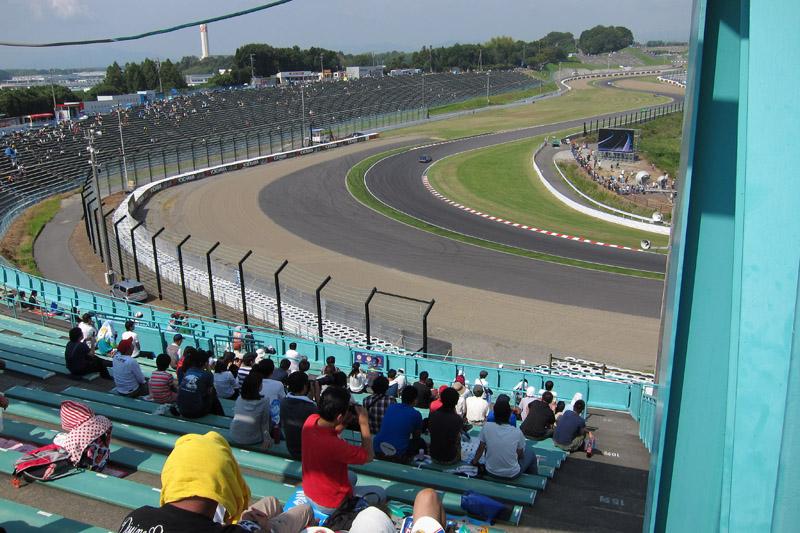 B2席スタンド、2階右端最上段から見た2コーナー方向