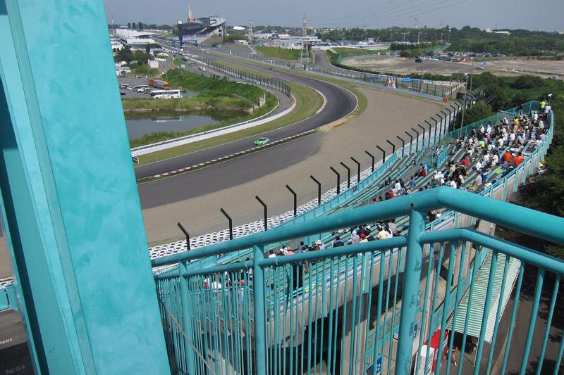 B2席スタンド、2階右端最上段から見た1コーナー方向