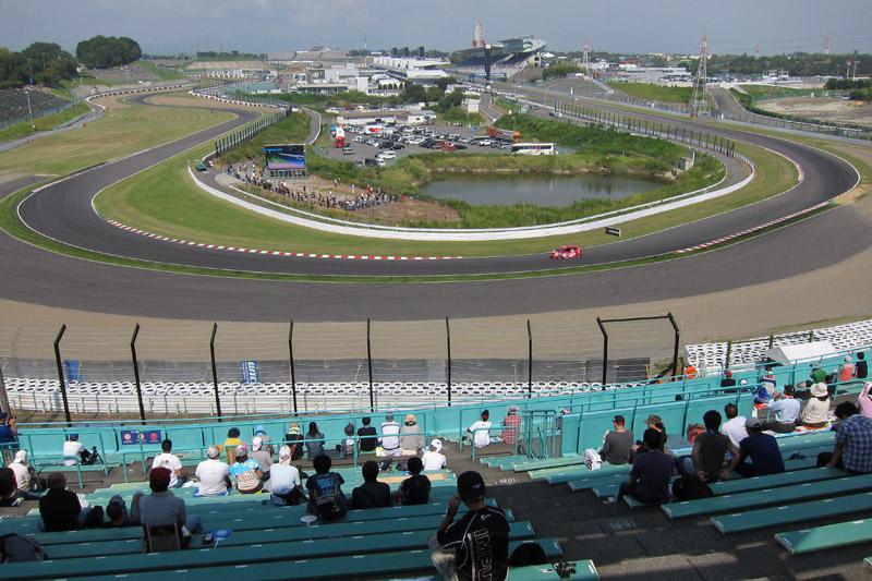 B2席スタンド、2階中央やや右寄りから見た2コーナー方面。左右にある2本の電柱を避けて1~2コーナーを1フレームに入れることが可能