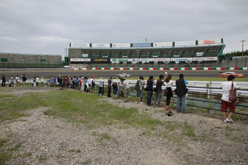 激感エリア(2コーナー)のようす。平日に行われたSUPER GT公式テストなので空いているが、WTCCの決勝は毎年混雑している
