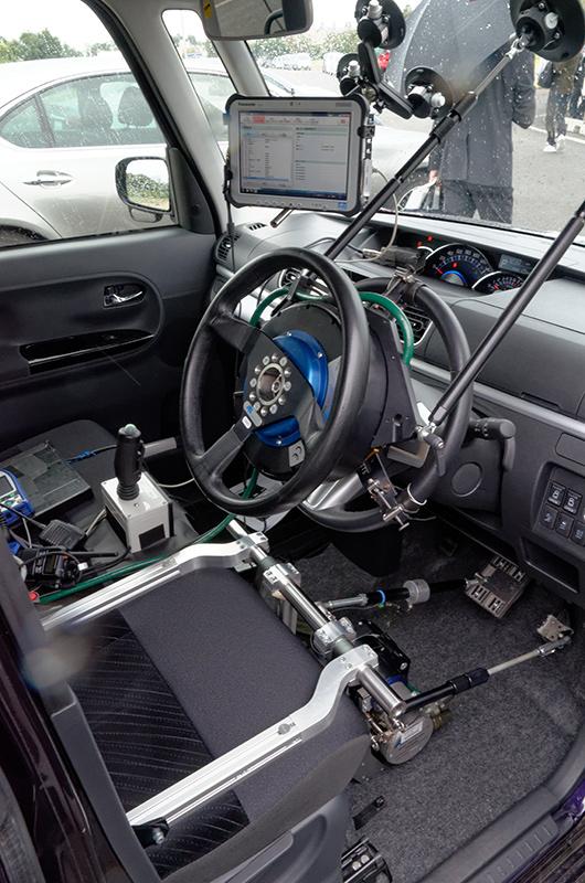 ステアリング、アクセル、ブレーキを、あらかじめ設定したプログラムを使って操縦する